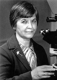 Stephanie Kwolek es una química polaco-americana, inventora del poliparafenileno tereftalamida mejor conocido Kevlar®, una fibra de alta resistencia, color dorado, que puede ser hasta cinco veces más resistente que el acero y que en la actualidad es utilizada en la elaboración de chalecos antibalas.