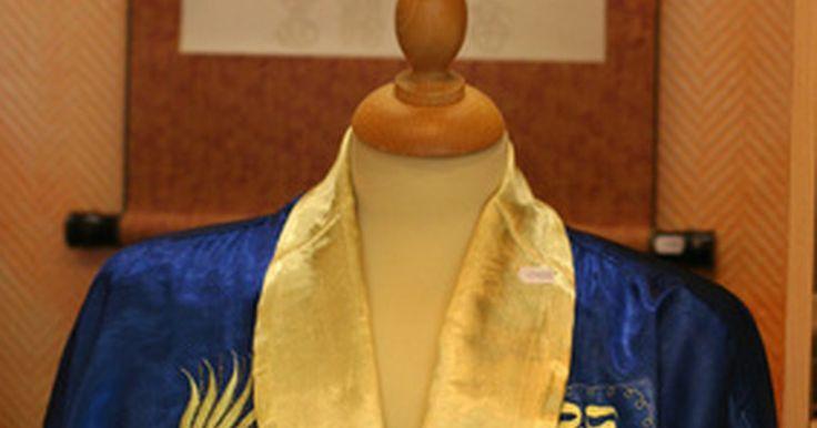 La ropa tradicional para los hombres japoneses. La cultura japonesa es una fascinante amalgama de respeto por la tradición y un deseo por lo nuevo. Esto se extiende a la esfera de vestimenta para los hombres. Aunque los japoneses estén al día con las tendencias de la moda mundial y los hombres de negocios internacionales están vestidos casi invariablemente con trajes de estilo occidental, las ...