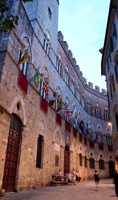 Palazzo Chigi-Saracini, Siena, Italy // by virt_ on Flickr QUE BELLO PALACIO, SI NOS CONTARÁ TODOS SUS HISTORIAS, NUNCA LAS OLVIDARÍA.