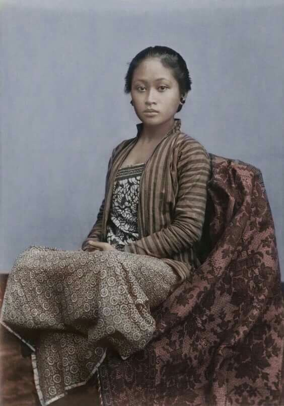 1930s. Javanese girl. Her blouse is made from lurik, her (dodot) camisole is made from batik as well as her Kain (sarong)