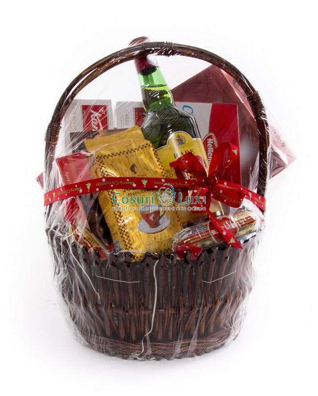 Cos cadou Craciun - ofera in dar acest cos cadou plin cu bunatati pentru Craciun. Cosul contine cafea, whisky si foarte multe dulciuri