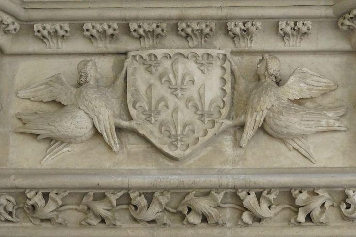 43- Poitiers, Palais des comtes, salle des Pas perdus – § ...à Ecouen à Fontainebleau, dans le manoir de Ronsard près du bourg de Coutures (Maine), dans la salle de l'hôtel de ville de Paris. Le musée de Cluny en possède une d'un travail précieux qui provient du Mans, et tout le monde connaît la magnifique cheminée de Bruges. Mais bientôt les dimensions énormes données aux cheminées furent réduites, et déjà, pendant le XVII°s, elles prenaient des proportions moins grandioses.