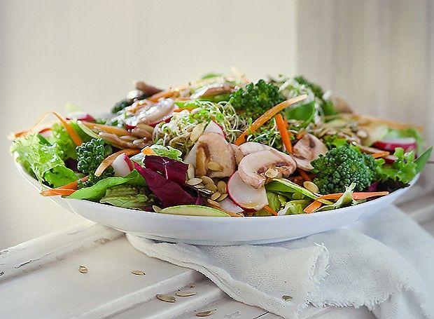 Mix de folhas e vegetais com molho de cogumelos marinados - Receita de Tatiana Cardoso, do Moinho de Pedra