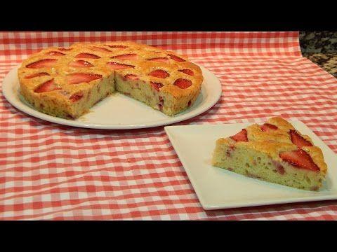Receta fácil de bizcocho de fresas naturales muy jugoso - YouTube