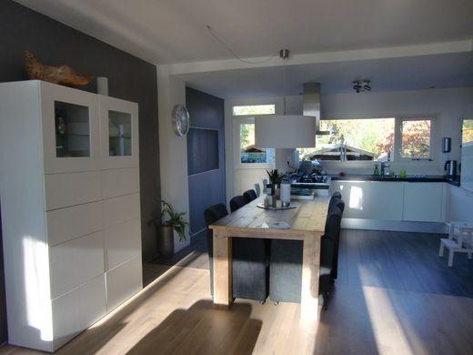 VT wonen binnenkijken, houte vloer, grijze muur, witte kast en witte keuken