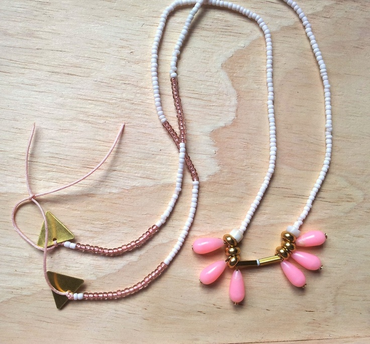 Ce collier est composé de perles de rocaille couleur blanche et rose, de 6 perles vintage en forme de goutte couleur rose, de 2 triangle en laiton et enfin d'un fil nylon rose.65 cm22 euros au lieu de 27.50