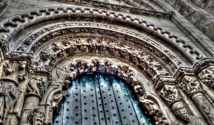 Catedral de San Martiño. Ourense. Porta Norte. Construida en el s.XIII. En primer lugar la capilla del Santo Cristo, presidida por una imagen gótica de gran realismo, traída desde Fisterra en el s.XIV. Los dientes, las uñas, la barba, el bigote y el cabello son naturales y eran cambiados cada cierto tiempo, una vez que envejecían. Las diferencias entre las sucesivas pelucas fascinaban a los devotos, extendiéndose rápidamente la leyenda de que al Cristo le crecía el pelo (y las uñas).