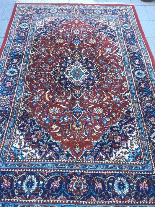 Land van herkomst: Iran Regio: Tajabad Afmeting: 198x292 Zeer mooie details in tapijt verwerkt  Tapijt is in gebruikte staat, voor details zie foto's.   Het tapijt zal aangetekend worden verzonden met track and trace, afhalen in Eindhoven is bespreekbaar