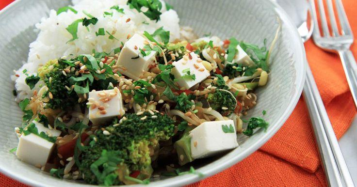 Kinesisk kryddig gryta med stekt tofu, broccoli och böngroddar. Snabbt, enkelt och supergott!