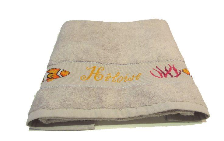 Serviette de toilette personnalisée prénom et poissons brodée main au point de croix : Textiles et tapis par emilie-broderie / Alittlemarket.com
