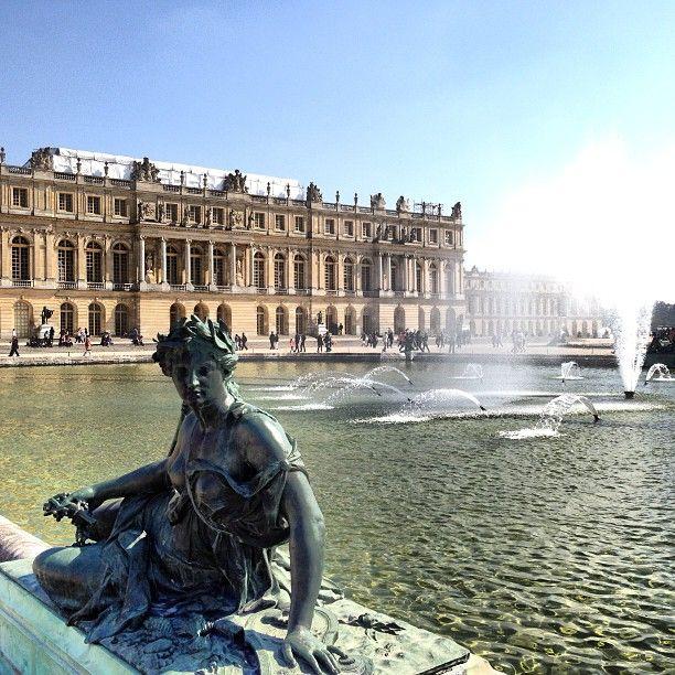 Lodewijk XIV ''de zonnekoning'', de rijke koning leefde in Versailles. Hij liet hier een groot kasteel bouwen in 1624, waar hij ging wonen (Chateau de Versailles). Hij was een absolute vorst omdat hij vond dat hij aan niemand verantwoording hoefde te leggen. En dat hij de macht van God heeft gekregen. Lodewijk XIV dacht dat hij het middelpunt was van alles en daarom noemde hij zichzelf de zonnekoning.