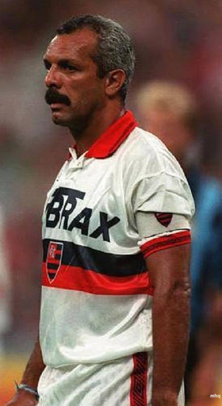 Graaande Ídolo!!! Do time campeão do mundo em 1981, Júnior foi o único a jogar (e a ser campeão) pelo Flamengo na década de 1990.