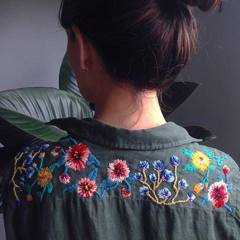 Camisa floral terminada edición especial sobre lino verde para mi @marianamatija ❤️❤️❤️❤️ #bordado #embroidery #broderie #floral