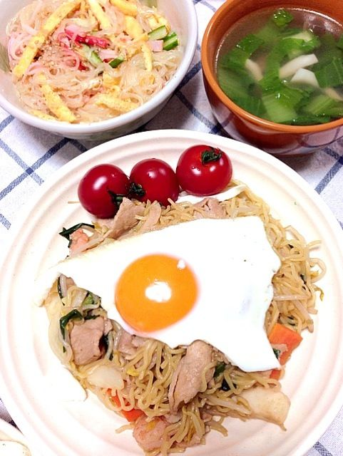 焼きそばと春雨が食べたい!という麺づくしリクエストに応えて…  半分以上具のソース焼きそばは、京風麺とかいうせいろ蒸しの細麺で。 青梗菜とキノコのスープと、きゅうりハム卵カニカマでまるで冷し中華みたいなばんさんすう。 ばんさんすう好きです(◍ ´꒳` ◍) - 7件のもぐもぐ - 焼きそば、ばんさんすう、中華スープ by ein