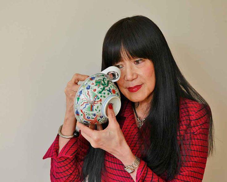 Drs. Feng-Chun Ma is gespecialiseerd in Chinese en Japanse keramiek, kunstobjecten en schilderijen.