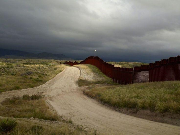 Richard Misrach . wall, East of Nogales, Arizona/El muro, al este de Nogales, Arizona, 2014