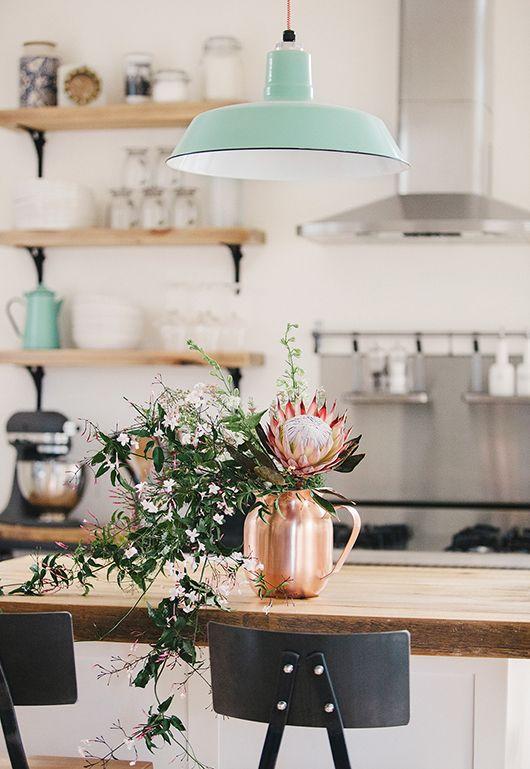 Puro estilo nórdico que se crea por la lámpara colgante y los colores puros.