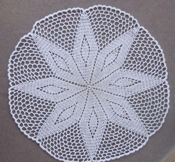 Heklet duk i hvitt - diameter ca. 50 cm.
