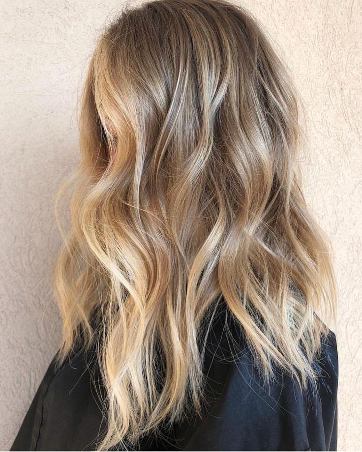 Eine schöne Blondine mit Redken Shades (9NW) Kris…