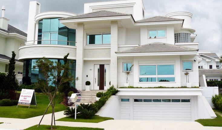 Пример облицовки стеклянного фасада белого цвета в современном стиле