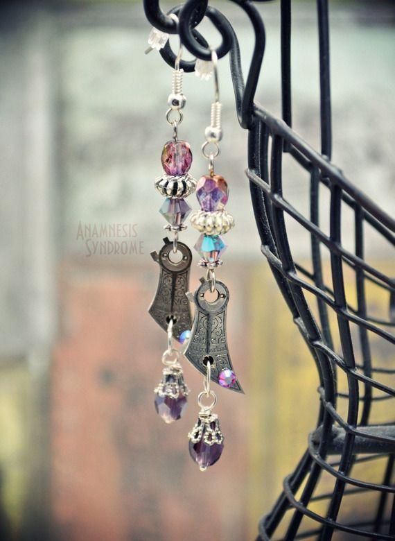 Boucles d'oreilles Steampunk Bohème, rare petit pont de balancier gravé de montre mécanique ancienne, argenté et violet. Verope's Anamnesis Syndrome