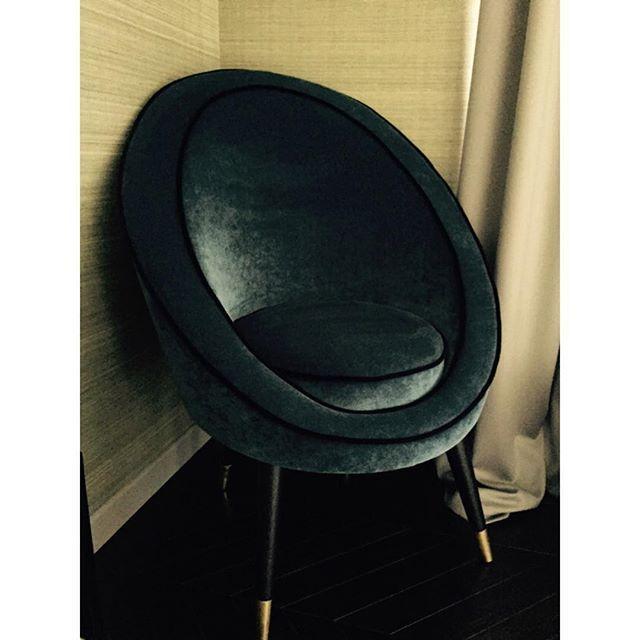 Для этого кресла в стиле 50-х мы выбрали бархат сложного сине-зеленого оттенка и не ошиблись. Насыщенный цвет оживляет спокойную гамму спальни. Кресло изготовлено по нашим эскизам с латунными наконечниками на ножках и черным кантом по периметру. Можно заказать у нас в любой обивке. #дизайнинтерьеров #дизайнеринтерьеров #дизайн #декоратор #мебель #мебельназаказ #кресло #спальня #винтаж #стиль #латунь #дизайнер #eggchair #homestyling #decorator #instadecor #instadesign #decoratingisfun…