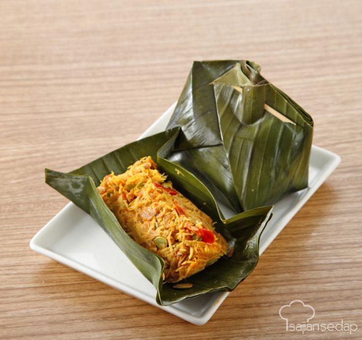 Hidangan tradisional Botok Tempe Rebon, selalu jadi favorit. Perpaduan gurihnya tempe dan rebon dalam tum, sungguh menggoda selera. Jangan lupa untuk memasukkannya ke dalam daftar menu harian, ya.