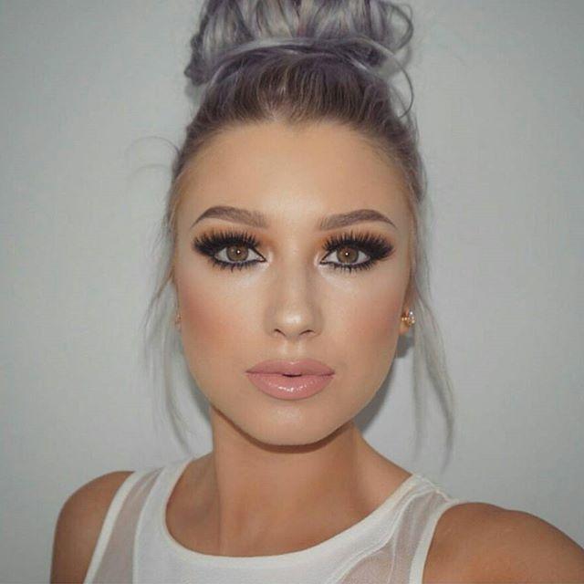 Irish beauty @lolaliner is wearing #esqido lashes in #voilalash.