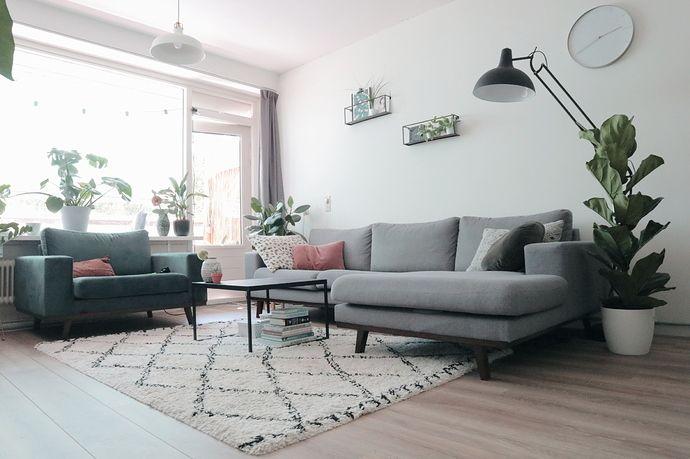 Lichtgrijze Hoekbank Blauwe Loveseat Grote Staande Lamp Lichtroze Accenten En Planten Hoekbank Huis Interieur Interieur