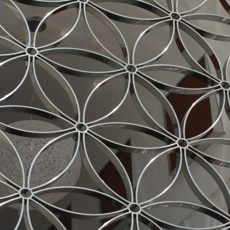 panneau occultant décoratif en acier à motifs floraux
