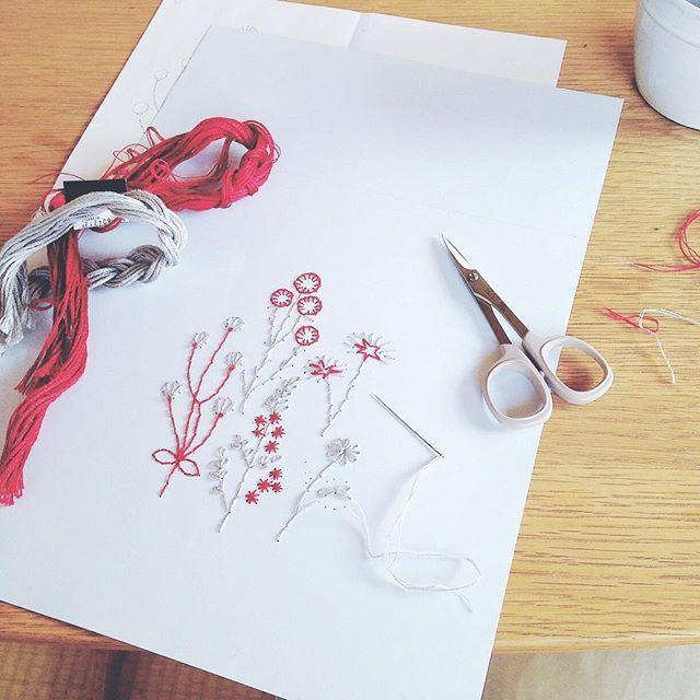 WEBSTA @ annastwutea - 『5つのステッチでできるannasの刺繍工房』(日本文芸社)のハーブガーデンぺージを制作している時に撮ったもの。ギャラリードゥディマンシュさんで開催中の個展にも飾ってあります。.今日は打ち合わせで、在廊できませんが明日夕方行けたら行きたいです。 ..#刺繍 #ハンドメイド #ハンドメイド #handicraft #handembroidery #handmade #needle #needlework #embroideryart #embroidery #手刺繍 #手芸 #ギャラリードゥディマンシュ #手作り #вышивка #紙刺繍 #handcraft #てづくり #stitch #자수 #刺繡 #川畑杏奈 #annas #アンナス #broderie #handiwork #needlecraft #paperstitching #5つのステッチでできるannasの刺繍工房