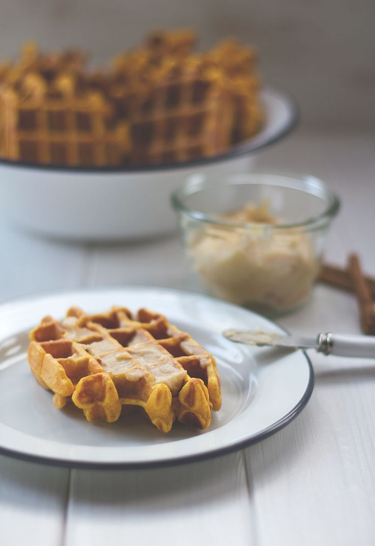 Süße Kürbis-Waffeln mit Honig-Zimt-Butter von moeyskitchen.com