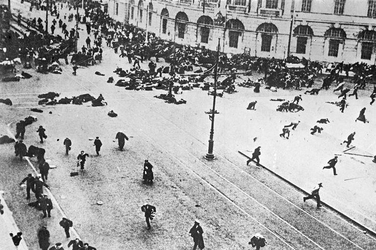 FOTOS HISTÓRICAS. Se cumplen 100 años de la Revolución Rusa, una revolución socialista que derroca al Zar Nicolas II . En Octubre de 1917, los bolcheviques toman el poder y bajo la conducción de Vladimir Lenin se da paso al comunismo. Es un...