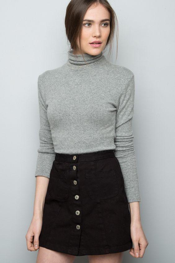Blusa, suéter de gola alta cinza, saia de botões preta