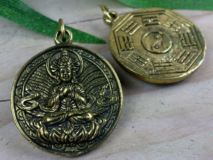Boeddha hanger met op de voorzijde Tibetaanse Boeddha (Vajradhara) op lotus en op de achterzijde acht trigrammen en Yin Yang.