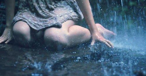 Hujan turun deras sekali, sakit hati yang teramat sangat tak dirasanya. Ia berlari dan terus berlari. Derai air mata yang turun sederas air hujan terus membasahi pipinya. Basah yang tidak ia rasakan. Sekujur tubuhnya kini sudah kuyup. Ia tak perdulikan semuanya. Ia ingin pergi sejauh-jauhnya.
