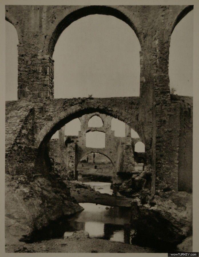Kızılçullu su kemerleri, Buca, İzmir. 1935 yılı. Üç katlı su kemeri Osmanlı dönemine kadar kullanılmış, su kanalındaki tortular temizlenemeyecek hale gelince de güneyine iki katlı yeni bir kemer yapılmıştır. Kemerler, Kozağaç'tan tren hattı boyunca Kızılçullu'ya ve oradan da Kadifekale'nin batı yakası boyunca İzmir'e su taşımaktaydı.