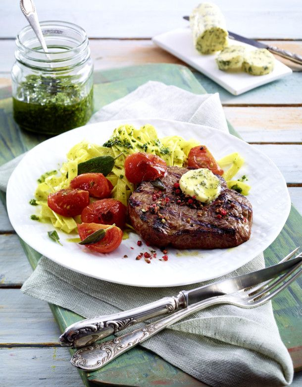 Unser beliebtes Rezept für Pfeffer-Hüftsteak mit Salbeibutter zu geschmorten Tomaten und Pesto-Bandnudeln und mehr als 55.000 weitere kostenlose Rezepte auf LECKER.de.