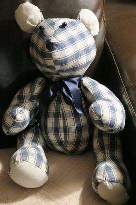 Grâce à cette fiche téléchargeable gratuitement, réalisez avec de jolis tissus un gros ours tendance. Il aura sa place dans n'importe quelle pièce de votre maison.Un grand coupon de tissu + un ruban de satin et 2 perles, le tour est joué.Fa