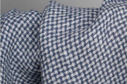 GEWASSEN LINNEN STOF IN KLEINE BLAUWE CONTROLES  100% linnen stof in melk-wit (yellowishwhite) en grijs-blauwe garen geweven linnen stof gecontroleerd. Deze nogal lichtgewicht stof heeft zijn speciaal gewassen, daarom is veel zachter en krimp-resistente.  Erg fit naai jassen, jurken, tunieken, rokken, broeken. Uitstekende fungeren als een deken op het bed, de Bank. U kunt Naai de decoratieve kussens. Stijlvol uiterlijk, een tafelkleed of tabel loper gemaakt. De producten van deze linnen stof…