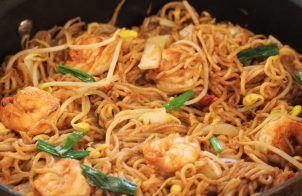 Poêlée de nouilles chinoises et crevettes curry et coco
