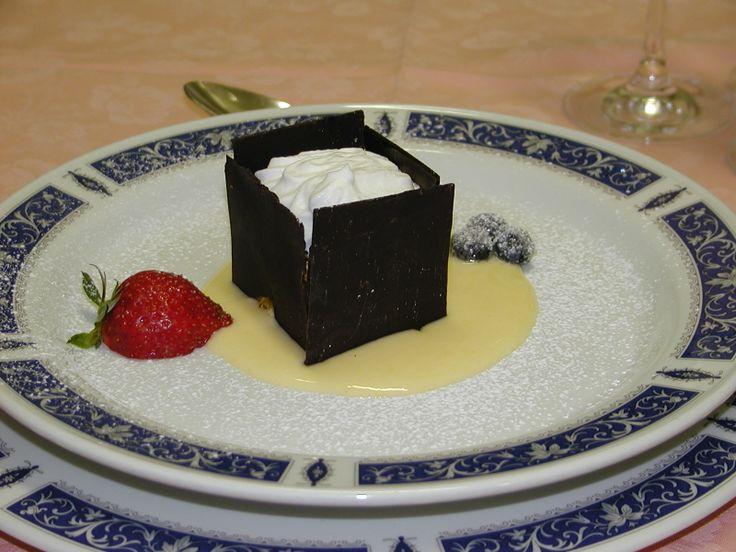 scrigno di cioccolato fatto a mano con mousse alle pere e salsa vaniglia