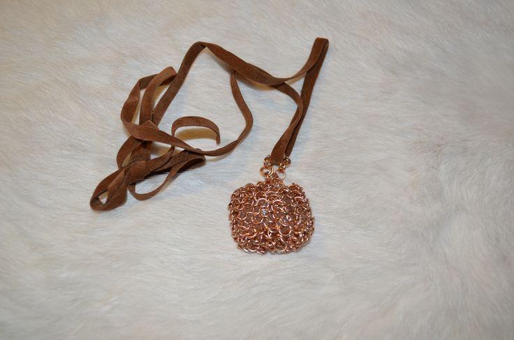 Collar con un colgante confeccionado con argollas de aluminio y dentro contiene piedras semipreciosas, con cinta de terciopeloSe puede confeccionar en alpaca, plata.