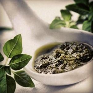 30 gram çam fıstığını yağsız tavada açık kahve renk alana kadar kavurun,