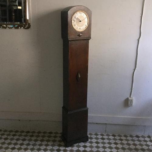 アンティークのグランドドータークロック(時計)|イギリスEnfield(エンフィールド)社のアンティークのグランドドータークロックです!アールデコのシンプルなフォルムが素敵ですね。グランドファーザーズクロックよりも小さく、グランドマザークロックよりもスッキリとしたフロア時計です。ムーブメントはクオーツに交換いたしました。また風防ガラスはついていませんがこのフォルムにはないほうがカッコイイかもしれませんね!