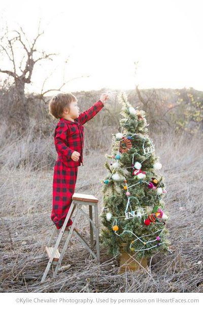 Christmas Photography Ideas via iHeartFaces.com - Photo by Kylie Chevalier Photography