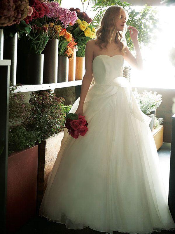 ドレス姿を美しく引き立てる、おしゃれブーケをオーダーの際の参考にして! パート3の今回は、人気フローリストが、ドレスに華オーラをプラスするフューシャピンク&赤のブーケを提案。