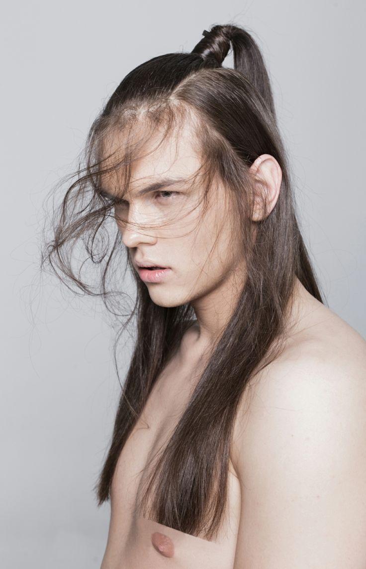 Taglio di capelli uomo lungo, colore castano coda di cavallo, lunghezze pari