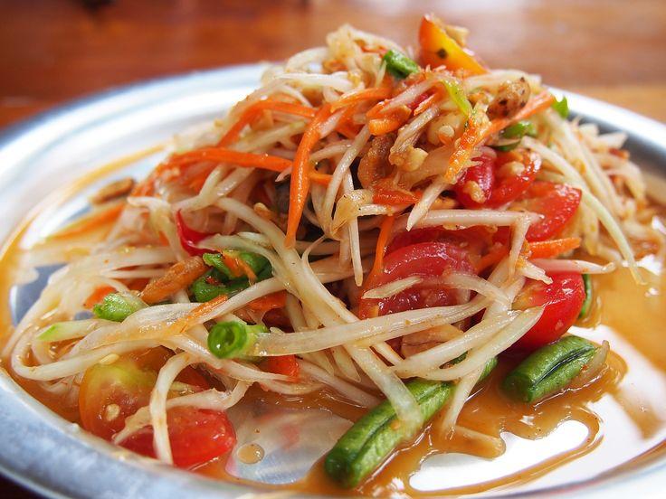 Papaya-Salat mit Erdnusssauce // das bringt Urlaubserinnerungen hoch! Abspeichern!