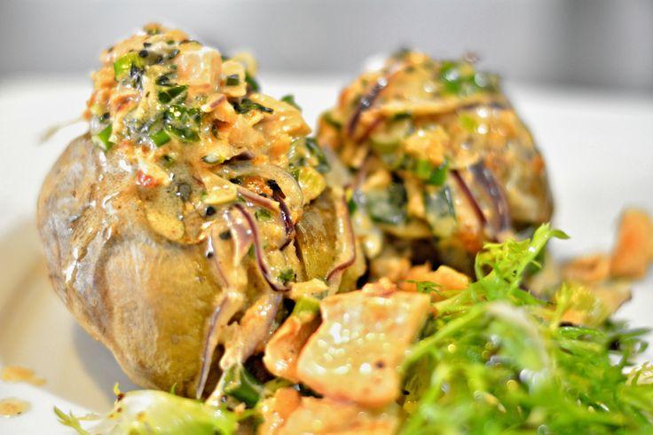 Pro milovníky čerstvých ryb máme kousky lososa s lahůdkovou cibulkou a smetanou. podáváme pěkně rustikálně v pečené bramboře.http://www.pytloun-city-hotel.cz/restaurace #food #pytlounhotels #ororestaurant #terasa #cityboutiquehotel #dinner